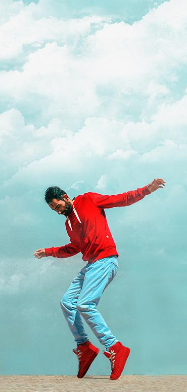 Młody mężczyzna w czerwonych butach